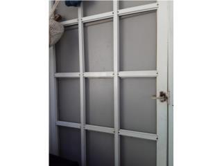 Puertas una con screen y otra con rejas, Puerto Rico