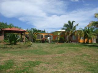 Casa con 3 cuerdas, colinda con Campo Golf