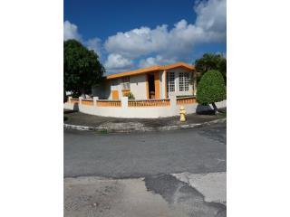 Casa de esquina urb Villa Humacao PR