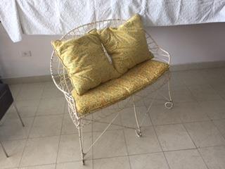 Un Sofa Pequena Victoriana de Hierro MG, Mr. Bond Vintage Puerto Rico
