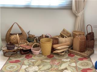 Lote de canastas y adornos en mimbre, Sucesion Wood Vicente Puerto Rico